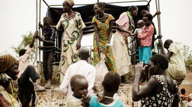 En del bistandsorganisationer er begyndt at indse, at finanskapitalens globalisering vanskeliggør deres arbejde i de fattige lande, hvor uligheden blot bliver større. Sydsudanesiske flygtninge venter på, at de kan komme væk fra en transitlejr. Arkiv