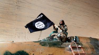 En Islamisk Stat-kriger svinger med deres sorte Allah er stor-fane, efter at de har bemægtiget sig den syriske hærs kampfly på Tabqa-flybasen tæt ved deres hovedstad, Raqqa i Syrien i august 2014.