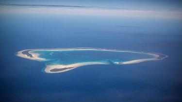De fleste af de atoller (ringformerede koraløer, red.) der udgør ø-riget Kiribati, der ligger mellem Hawaii og Australien,er forhøjet mindre end en meter eller to over havets overflade. Det forventes, at der i løbet af nogle år ikke længere vil være beboeligt for befolkningen, pga. at havets overflade vil stige og oversvømme øerne som følge af højere temperaturer ogklimaforandringer.