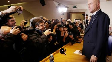 Den italienske journalist Gianluigi Nuzzi (t.h.) har skrevet en afslørende bog, 'Vejen til korset' om Vatikanets  økonomiske og ugennemsigtige forhold med gejstliges berigelse og forsvundne penge. Han og en kollega er nu sigtet ved Vatikanstatens domstol for offentliggørelsen af noget, som i selve i Italien ikke er strafbart.