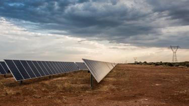 Med solenergi kan en fattig kenyansk bondes årsindkomst stige fra hidtil 600 dollar til 18.000 dollar. Overført til det samlede Afrika illustrerer det, hvordan adgang til vedvarende energi kan betyde markant udvikling på et kontinent, hvor 640 mio. mennesker ikke har strøm.