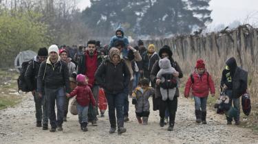 En gruppe flygtninge går op gennem Makedonien på vej mod EU i november. Nu har et flertal i Folketinget besluttet, at tog- og busselskaber kan varetage id-kontrollen i Danmark. Men det vil blot føre flygtningene ud på farligere ruter, advarer ekspert.