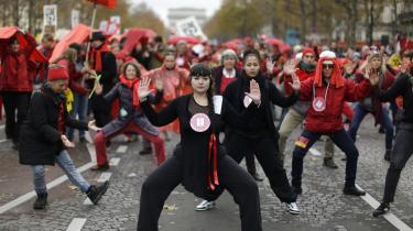 Mens de sidste detaljer i aftalen til COP21 falder på plads, gik store folkemængder optog i Paris'gader. I gaderne tegner de 10.000-vis af demonstranter den røde linjer, som de håber, at forhandlerne vil trække med aftalen.