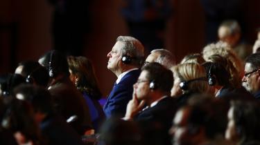 Al Gore lytter med til præsentationen af Paris-aftalen, der faldt på plads lørdag. Kort efter faldt alle forhandlere, sikkerhedsfolk, advokater og politikere hinanden om halsen i glæde over aftalen. Der blev hujet, klappet og piftet.