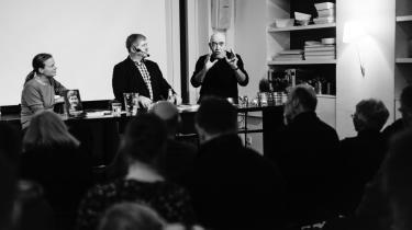 Søren Søndergaard og Preben Vilhjelm var i debat om venstrefløjen i Informations kantine tirsdag aften. Weekendredaktør Lotte Folke Kaarsbøl var ordstyrer.
