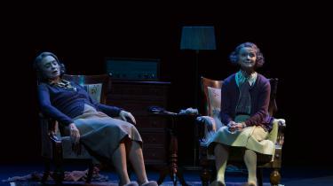 To tanter i skikkelse af Malene Schwartz og Sonja Oppenhagen skændes om månens farve i 'Skærmydsler' på Folketeatret.