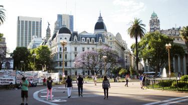 Kokke i Argentina kæmper for at sikre landet en plads på det gastronomiske verdenskort og gøre det kendt for andet end grillet kød og empanadas. Kampen kæmpes fra deres køkkener ofte i semihemmelige og småulovlige restauranter, der ligger skjult i Buenos Aires' sidegader