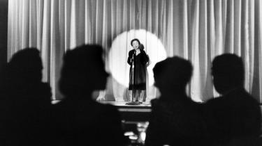 Edith Piaf på scenen i The Blue Room på Shoreham Hotel i Washington, D.C. i maj 1959.
