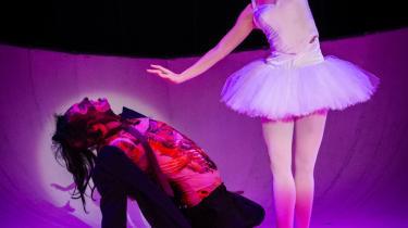 Mark Linn falder bagover på knæ, når han forelsker sig ulykkeligt i Nadia Dahls smukke-smukke ballerina i den hjertevarme, moderne hiphop-version af 'Nøddeknækkeren' på Docken.