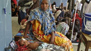 Det var kun tilbage i 2011, at Østafrika og Afrikas Horn sidst oplevede alvorlig hungersnød. Denne gang er der fare for, at andre kriser, særligt krigen i Syrien, vil gøre det endnu sværere at skaffe hjælp til de millioner af nødlidende mennesker.