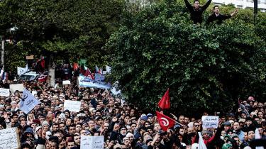 Adskillige tusinde demonstranter gik på gaden i Tunis i 2013 og råbte, at de ville have en ny revolution.