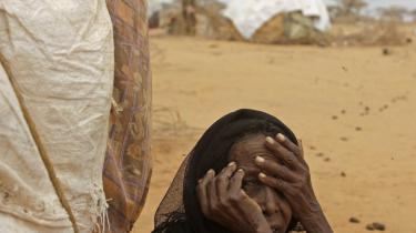 En ældre kvinde sidder foran sit telt i en flygtningelejr i Kenya. Hun er en af de tusinder, der er blevet fordrevet af sult og tørke i det østligste Afrika.