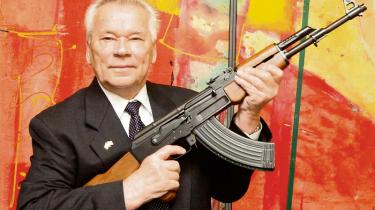 Sidste års terrorangreb på Charlie Hebdo i Paris, Bardo-museet i Tunis og Bataclan i Paris blev alle udført med Kalasjnikov-rifler. Våbnet blev udviklet i 1940'erne af den russiske våbendesigner Mikhail KalasjnikovFoto: Aftonbladet