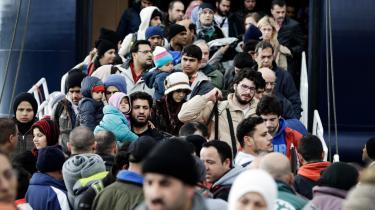 Flygtninge fortsætter med at komme til den græske ø Lesbos her i 2016. Den danske regerings beslutning om at indføre midlertidig grænsekontrol, kan sætte yderligere gang i en kædereaktion, der kan betyde, at mange flere af flygtningene vil strande i de skrøbelige lande på Balkan.