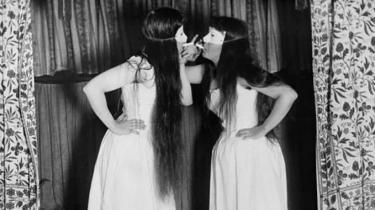 Alice Austen (1866-1952) 'Trude og jeg med masker og shorts'.