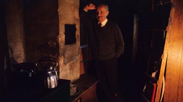 Nyere forskning har vist, at den tyske filosof Martin Heidegger var langt mere antisemitisk end hidtil antaget. Herhjemme er universitetsundervisere dybt uenige om, hvad det så skal betyde for omgangen med hans værker. Skældsordene fyger gennem luften