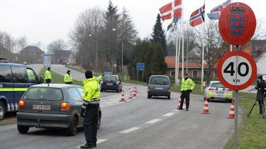 Grænsekontrol i Padborg ved grænsen til Tyskland mandag. 200 betjente skal kontrollere de rejsende fra Tyskland. Udlændinge, der ikke har lovligt ophold, og som ikke ønsker at søge om asyl, får ikke lov til at komme ind i Danmark. De vil blive nægtet indrejse. Politiet har sammen med andre myndigheder gjort nogle såkaldte modtagecentre klar, hvis der kommer et stort antal udlændinge.