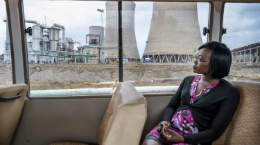 En kvinde på firmabussen uden for Zambias Kansanshi-kobbermine. Prisen på råvarer er styrtdykket i 2015, og der er ikke udsigt til, at de stiger igen.