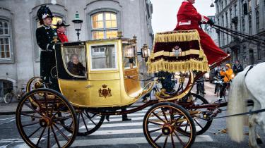 Nytårsaften krummede folk tæer, sagde de, da de så fumleriet med papirerne, og hele Danmark – med enkelte undtagelser, sikkert – håbede inderligt, at dronningen ville finde det rigtige talekort igen