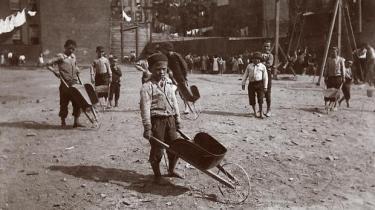 Den danske immigrant Jacob A. Riis' fotograferede i 1880'erne slumboliger i New York og viste billederne for chokerede borgere. En ny udstilling sætter for første gang fotografierne i sammenhæng med hans langt vigtigere virke som journalist, forfatter og reformagitator