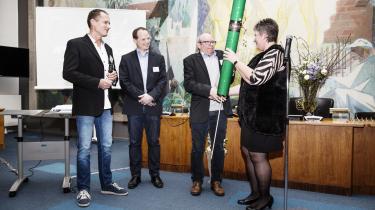 Direktør i KLS Grafisk Hus fik i går overrakt prisen som årets erhvervsvirksomhed i Hvidovre Kommune på grund af virksomhedens grønne tankegang. Prisen blev overrakt af Hvidovre Kommunes borgmester Helle Moesgaard Adelborg. Fra venstre ses også KLS Grafisk Hus' salgsdirektør Jan Nielsen og økonomidirektør Kasper Larsen.