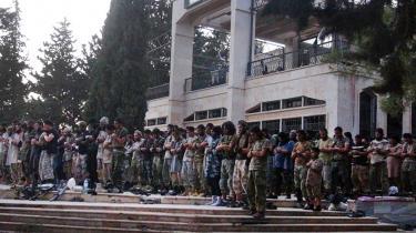 IS-krigere i fælles bøn på Tabqa-lufthavnen efter at have erobret den fra syriske regerinsgstyrker. Appellen fra den islamiske terrorisme til vestlige unge handler mindre om islam og mere om en bestemt gruppe unges generationsopgør, vurderer Olivier Roy.