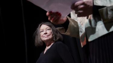 Den 75-årige forfatter modtager prisen og de 100.000 kroner for romanen 'Nær og fjern'