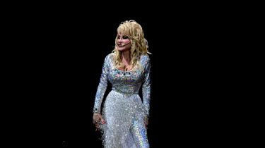 """Dolly Parton er elsket for sine beskrivelser af livet på USA's bund og en aldrig svigtende solidaritet med sin baggrund. Samtidig er hun i dag alt andet end blue collared. Konflikt? Ikke ifølge Dolly selv, der med sin Groucho Marx'ske sans for de skarpe citater, siger: """"Jeg skulle være rig for at få mulighed for at synge, som da jeg var fattig."""""""