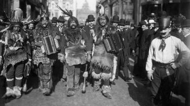 Karnevalsoptog af indianere og andre 'vilde' i Kølns gader i årene før Første Verdenskrig. Karnevallet er en udstilling af det omvendte, det udstødte, det obskønne. Ofte demonstreret af underklassen, skriver Žižek.