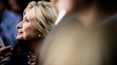 Hillary Clintons vej mod Det Hvide Hus er blevet mere nørklet end forventet. Blandt yngre feminister skoses hun for sin rolle under husbondens affærer tilbage i 1990'erne.