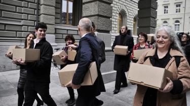 I oktober 2013 overrakte Daniel Häni og hans medarbejdere over 120.000 underskrifter til parlamentet i Bern. Minimum 100.000 borgerunderskrifter giver i kraft af Schweiz' direkte demokrati retten til at lade et politisk forslag komme til folkeafstemning.