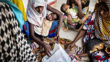 På Megenta Kebele-klinikken i Afar-regionen venter en gruppe mødre og deres børn på at få vurderet graden af deres fejlernæring og modtage fødevarehjælp. Høsten i regionen har slået fejl, og husdyr er døde på grund af den tørke, der plager landet og truer millioner af mennesker på livet.