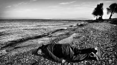 Ai Weiwei har til CNN fortalt, at ideen til at lægge sig på stranden kom til ham helt spontant