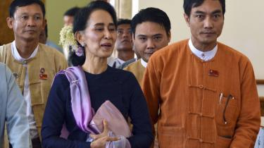 Aung San Suu Kyi og hendes partifæller ankommer til parlamentets første arbejdsdag.