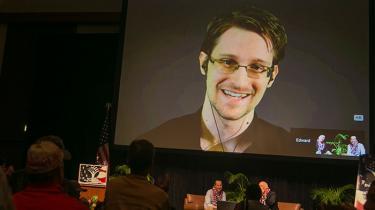Efter at justitsminister Søren Pind fredag måtte erkende, at Danmark lod et amerikansk fly lande i København, for at det kunne transportere Edward Snowden til USA, vil Enhedslisten forsøge at pålægge regeringen, at den ikke længere må deltage i jagten på Snowden