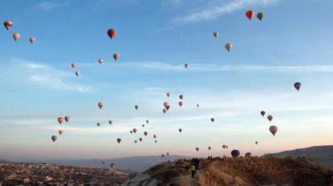 Ved morgengry svæver varmluftballonerne over det særprægede stenlandskab i Kappadokien.