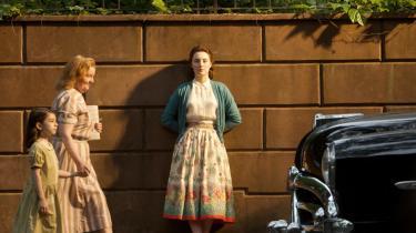 Saoirse Ronan spiller blændende som den irske Eilis i 1950'ernes New York i 'Brooklyn'. Hun fortjener en Oscar for bedste kvindelige hovedrolle.