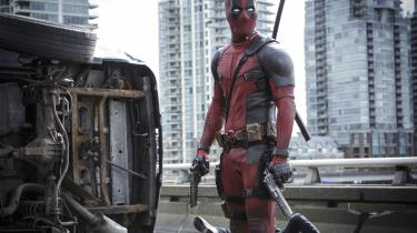 Deadpool (Ryan Reynolds) beundrer sit arbejde i Tim Millers usædvanlige superheltefilm. Foto: 20th Century Fox