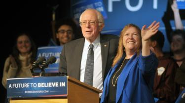 Den socialistiske demokratiske præsidentkandidat Bernie Sanders blev vinderen af primærvalget i New Hampshire foran Hillary Clinton. Her er han med sin kone, Jane i Exeter, New Hampshire.