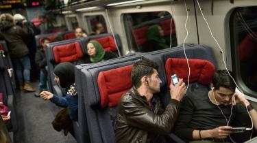Flygtninge på vej gennem Danmark sidste år. Nu viser en aktindsigt, at politiet har kopieret hundredvis af asylansøgeres mobiler, når de har kontrolleret deres identitet.