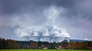 I Polen ser de brunkul som en del af fremtiden. Som led i en ny national strategi om energiuafhængighed bygger polakkerne nye kraftværker og planlægger at anlægge en af Europas største åbne brunkulsminer kun to timers kørsel fra Berlin. Information har besøgt nogle af de 15 landsbyer, der står til tvangsflytning
