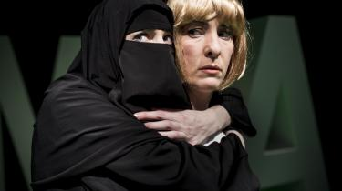 Mungo Park Koldings teaterforestilling om Pia Kjærsgaard løfter sig aldrig over det pinagtige. Teksten er elendig, scenografien er tam, og pointen forsvinder i kedsommelighed
