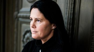 Sygeplejersken Mária Sándor har ene kvinde sagt fra over for de elendige forhold på de ungarske hospitaler og er blevet symbolet på en ny protestbølge i Ungarn. Hun kræver, at mennesker igen bliver værdsat og med sin ydmyge og arbejdsomme facon, taler hun lige til hjertet af den brede befolkning. Derfor er hun ved at blive en reel trussel for Orbán-regeringen