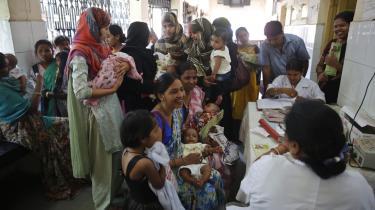 Indiske kvinder venter på at få deres babyer vaccineret på et hospital i Allahabad i Indien. Problemer i Statens Serum Institut i Danmark har nu skabt en global mangel på vaccine mod tuberkulose.