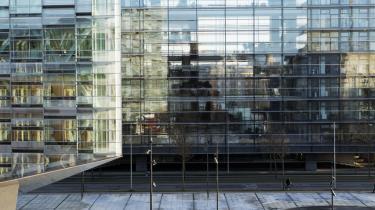 Havnefronten ved Kalvebod Brygge er en ond parodi på kortsynet fimset nærighed, mener anmelderen. Selvsagt er årsagerne mange til at arkitektur mangler kunstnerisk schwung.