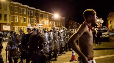 Konfrontation mellem afroamerikanske borgere og politiet ses ofte efter politivold mod sorte, der medfører døden. Her i Baltimore i april sidste år, hvor den 25-årige Freddie Gray døde af kvæstelser i nakken, han pådrog sig i et salatfad på vej mod politistationen efter en grundløs anholdelse.