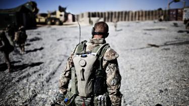 Senest i Irak og Afhanistan opstod der flere prekære situationer med håndtering af fanger for de danske soldater på missioner. En ny militærmanual giver ikke klare løsninger på det problem. Regeringen søger nu opbakning til at udsende specialuddannede soldater på mission i Syrien og i Mali.