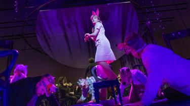 I Elisa Kragerups version af 'Figaros Bryllup' er historien henlagt til en afdanket forlystelsespark i 1950'erne