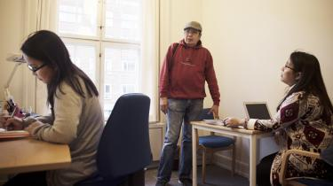 Patricio Valenzuela har som en af ganske få filippinere fået politisk asyl i Danmark, som hans søskende forinden var rejst til som arbejdsmigranter. Marcos-diktaturet satte fra starten af 1970'erne eksport af arbejdskraft i system, og eksporterede samtidig 'utilfredsheden'. I dag hjælper Patricio Valenzuela landsmænd, der kommer til Danmark som au pairs
