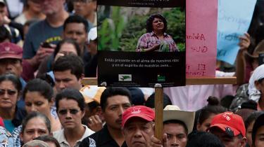 Tusindvis af demonstranter samledes ved begravelsen af den myrdede miljøaktivist Bert Cáceres i Honduras.